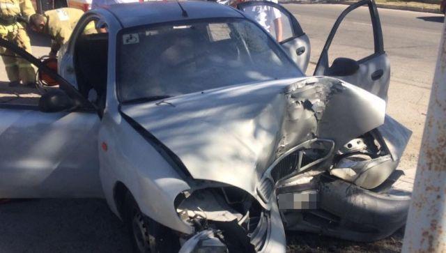 Феодосиец на Lanos врезался в дерево и застрял в авто