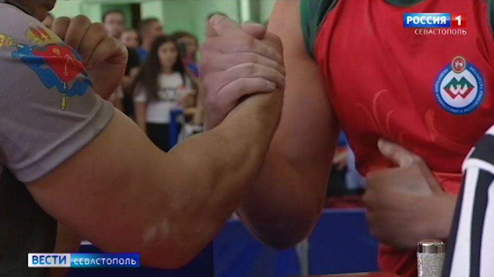 На кубке России по армрестлингу в Севастополе победили москвичи