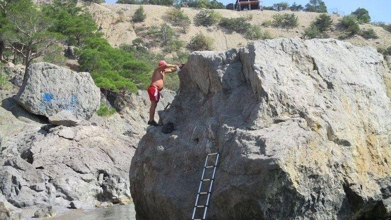 В Крыму турист самовольно переименовал скалу Собака в свою честь