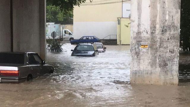Поплыли машины: в Севастополе затопило улицы и проспекты
