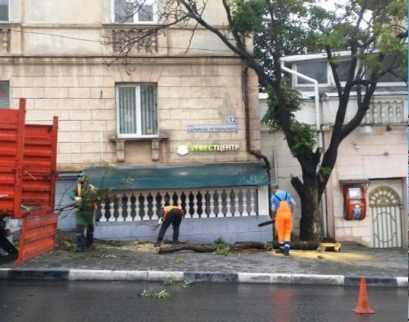 Коммунальные службы Севастополя продолжают устранять последствия ливня