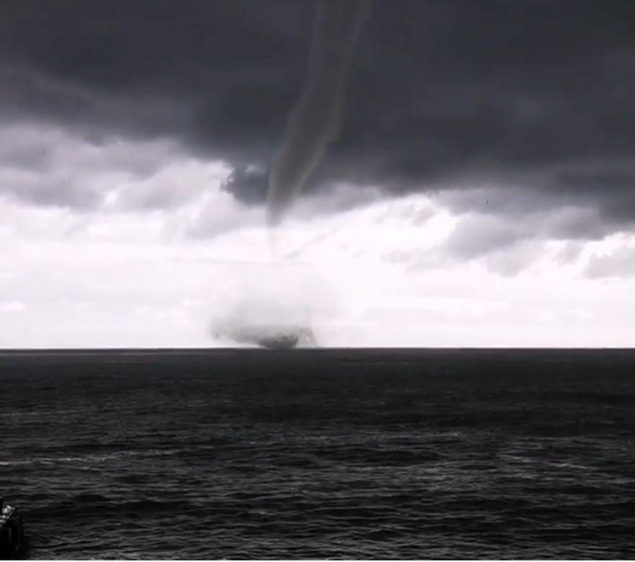 «Страшно красиво!»: Гигантский смерч прошелся над морем в Алуште
