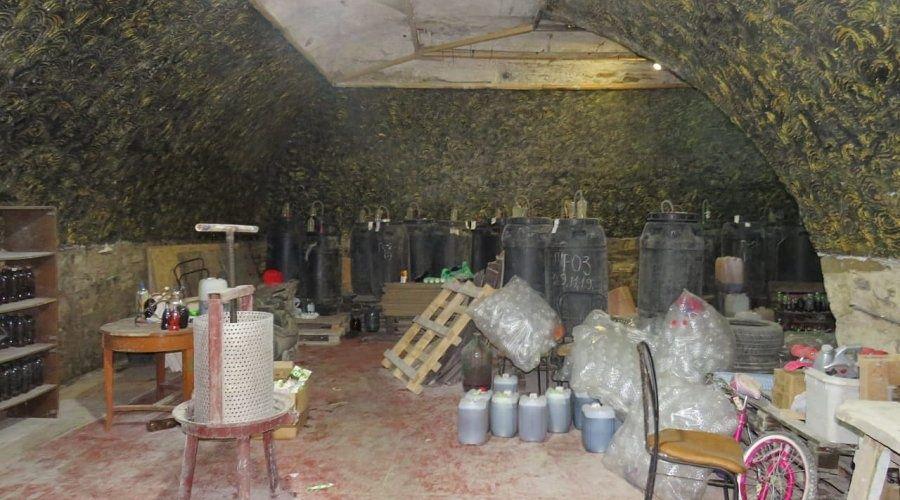 Правоохранители ликвидировали подпольный цех по производству алкоголя в Судаке