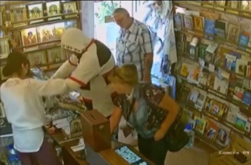 В Крыму мужчина попытался ограбить церковную лавку и украсть вино из магазина в один день