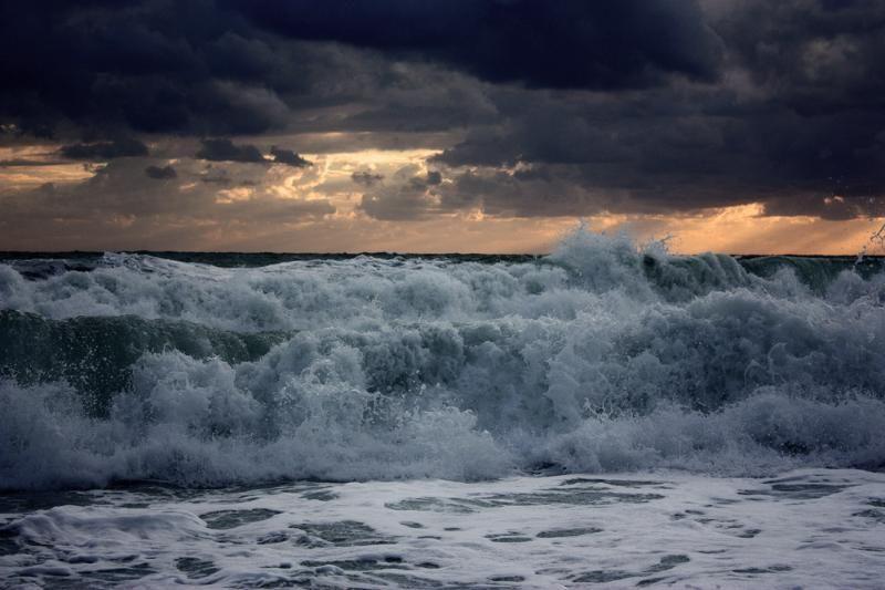 Штормовое предупреждение продлится в Крыму до конца суток