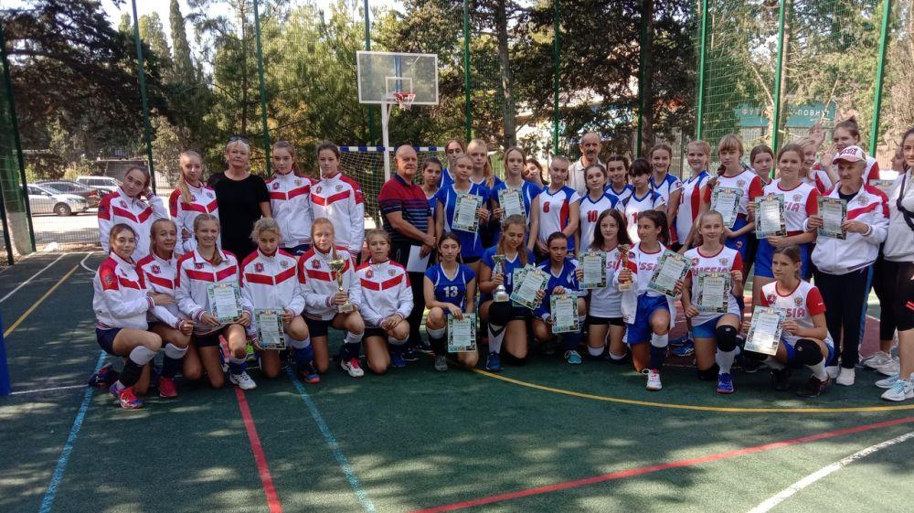Юные алуштинские спортсменки взяли «бронзу» на Открытом первенстве города по волейболу