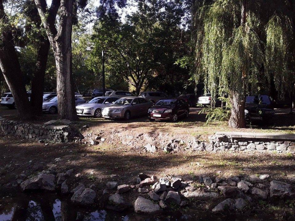 В Симферополе из уютной зеленой набережной сделали парковку
