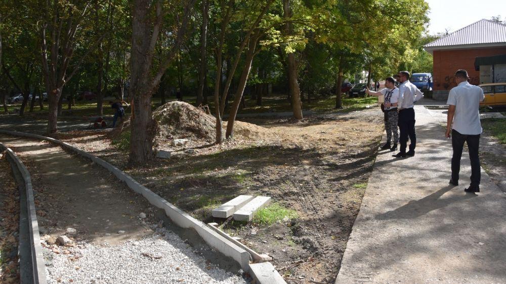 Глава администрации города Бахчисарая проконтролировал ход выполнения строительных работ на дворовых территориях города