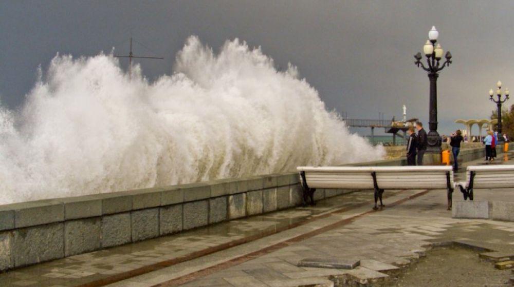 Сильный шторм обрушится на Крым в течение 2 часов