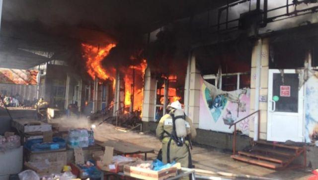 В Ростовской области потушили крупный пожар на рынке – видео
