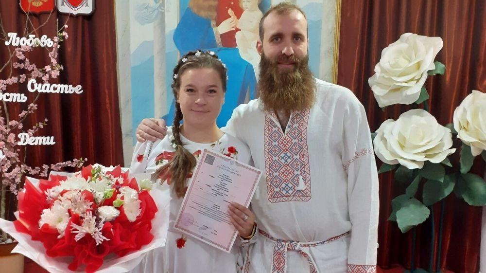 Отделы ЗАГС Крыма выдали на прошлой неделе 837 свидетельств о рождении и регистрации брака