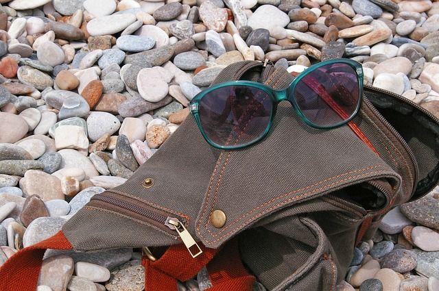 В Алуште женщина украла вещи, за которыми ее попросили присмотреть на пляже