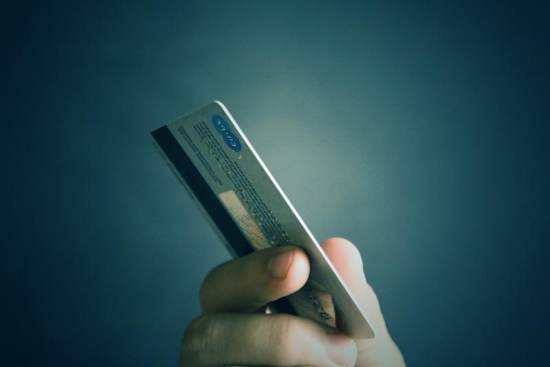 Крымчанке грозит срок за оплату покупок найденной на улице банковской картой