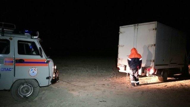 В Крыму у пересохшего Тайганского водохранилища застрял грузовик