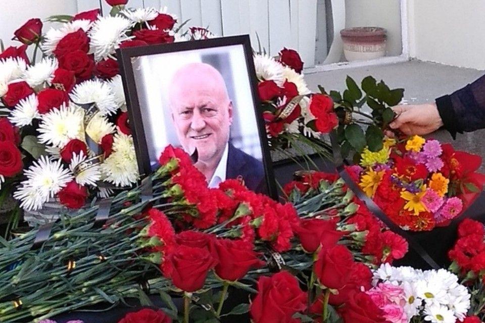 Жители Ялты несут цветы к мемориалу памяти умершего главы города Ивана Имгрунта