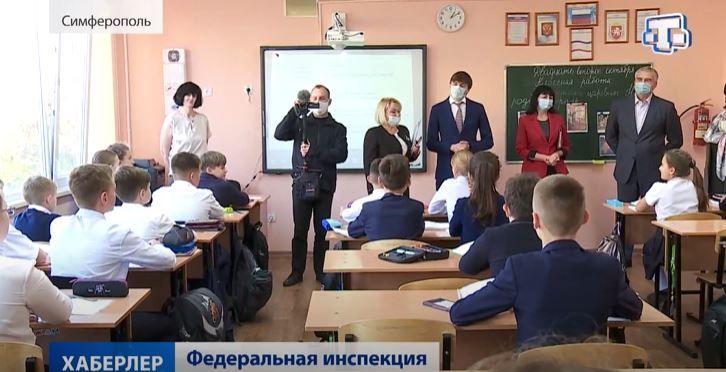 Аксёнов провел министра просвещения РФ по лицею Симферополя