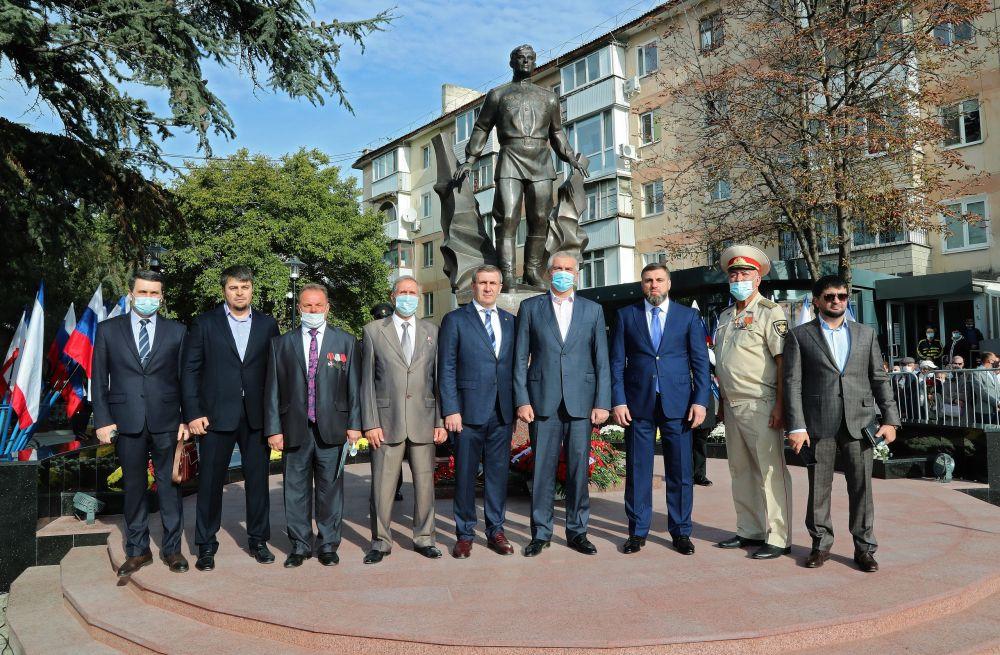 Сергей Аксёнов принял участие в открытии памятника Амет-Хану Султану