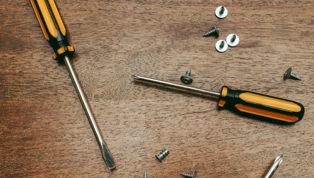Очумелые ручки: житель Ялты чинил диван и застрял