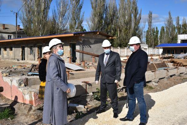 Алексей Черняк проинспектировал ход ремонтных работ джанкойского стадиона «Авангард»