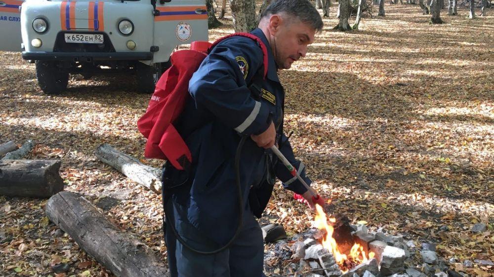 Во время патрулирования горно-лесной местности, спасателям и добровольцам «РОССОЮЗСПАС» приходится тушить брошенные туристами костры