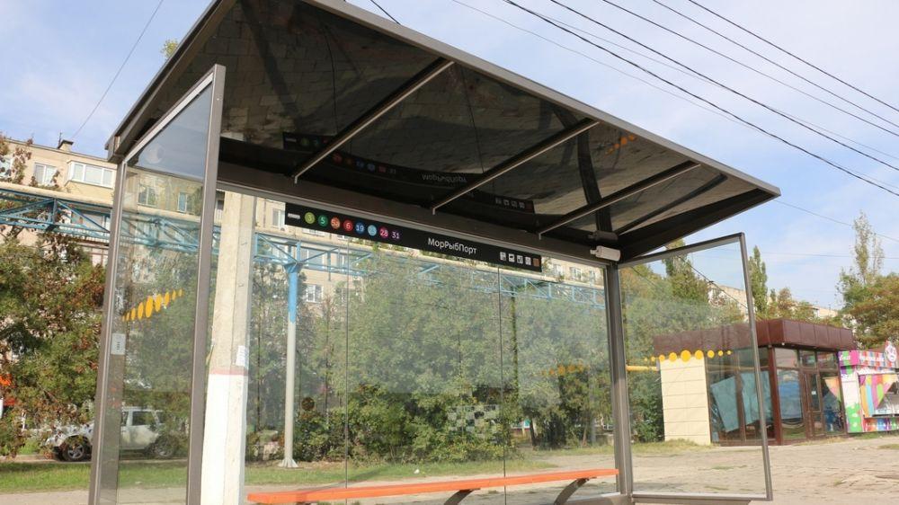 В Керчи продолжается монтаж новых остановочных павильонов