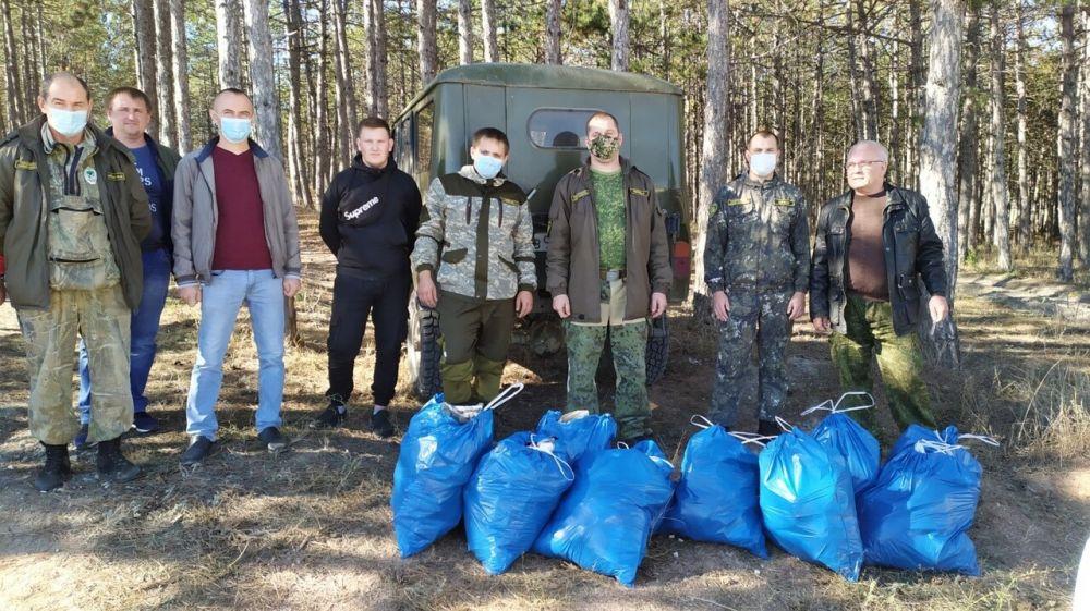Сотрудниками подведомственных Минприроды Крыма учреждений проведена акция по уборке лесного массива от мусора