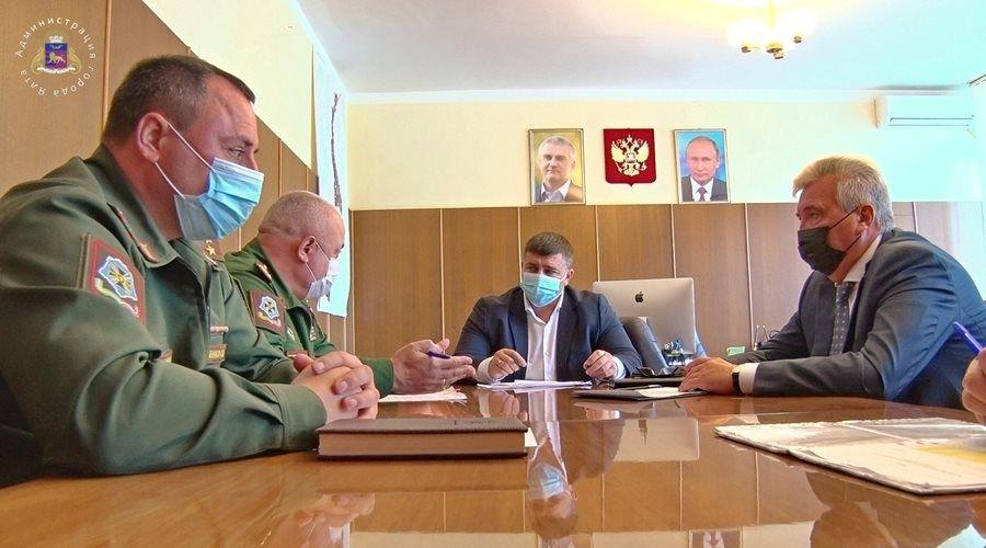Ялтинские власти и военный комиссар обсудили ход призывной кампании в муниципалитете
