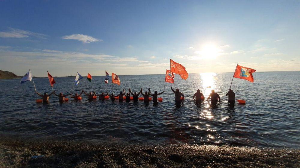Участники «Черноморской эстафеты Победы» доплыли до Керчи