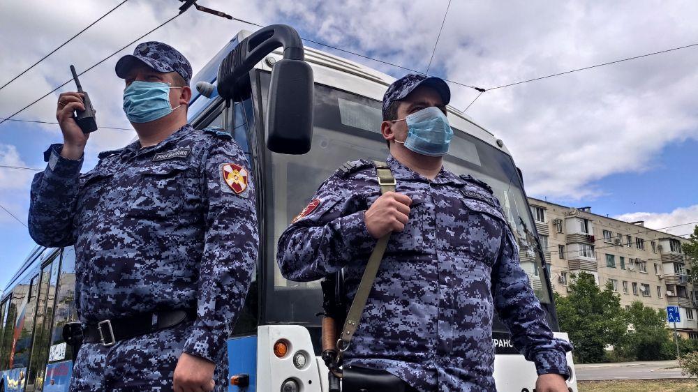 Сотрудники Росгвардии задержали пьяного севастопольца за дебош в троллейбусе