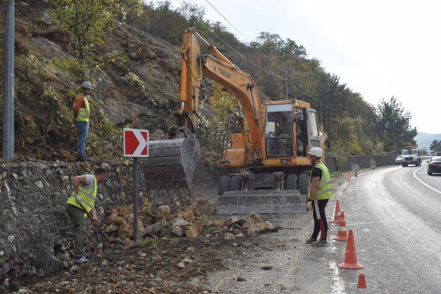 Севавтодор проводит оборку горных склонов для предотвращения камнепада по дороге в Ялту