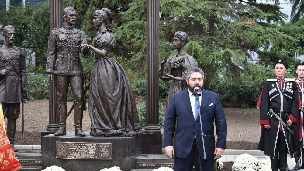 В Алуште открыли памятник Цесаревичу и Высоконареченной невесте