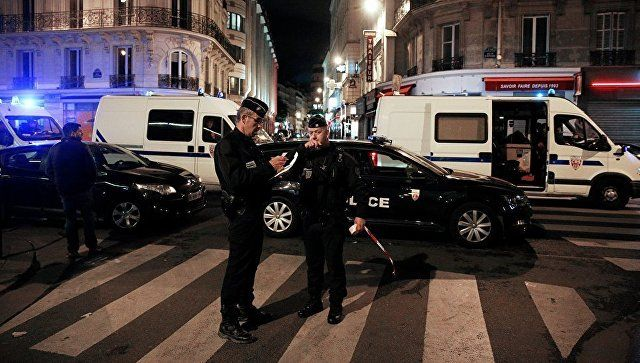 В Париже задержали мужчину, угрожавшего полиции ножами