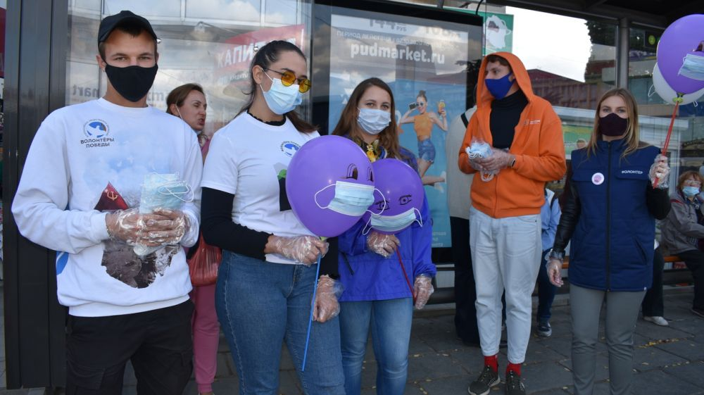 Молодежь Алушты провела социальную акцию «Надень маску в общественном транспорте»