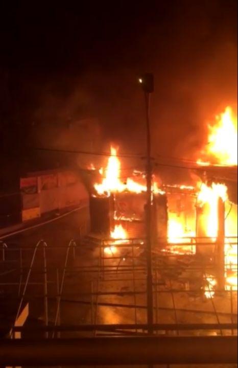 Магазин и несколько бистро сгорели в Феодосии за ночь