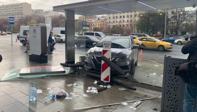 Девушка въехала в остановку в центре Москвы: три человека пострадали