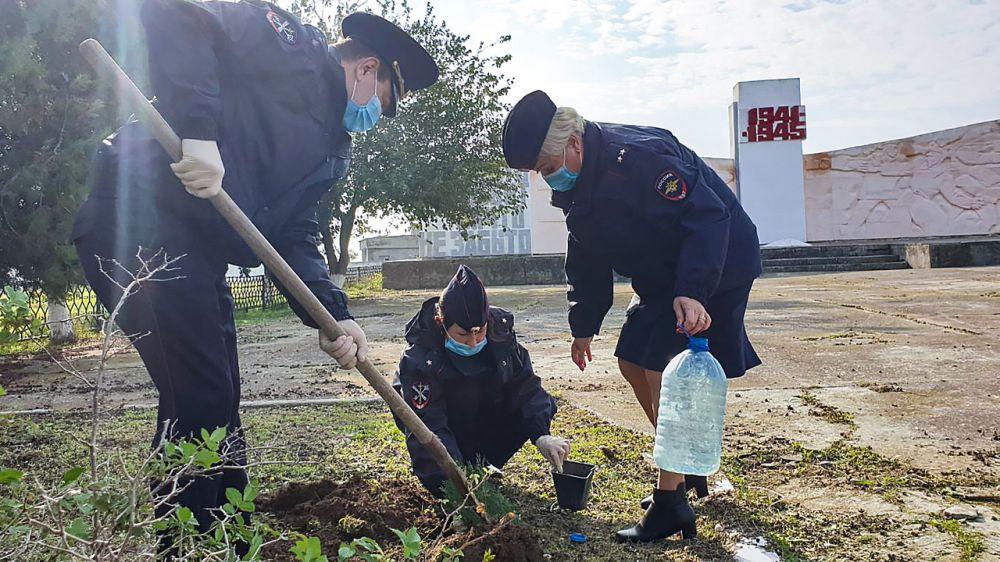 Сотрудники полиции приняли участие в акции «Лес Победы»