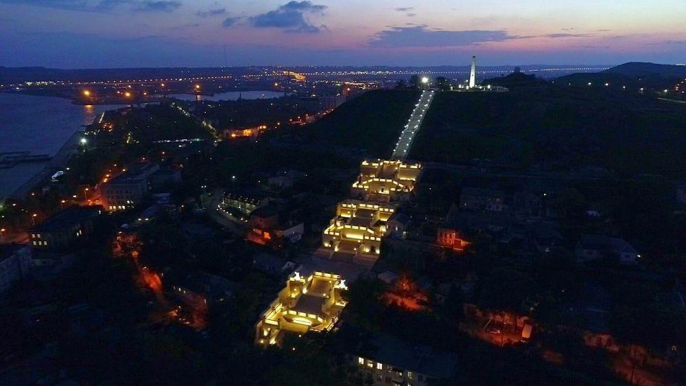 В Керчи Большую Митридатскую лестницу осветили почти 700 фонарей