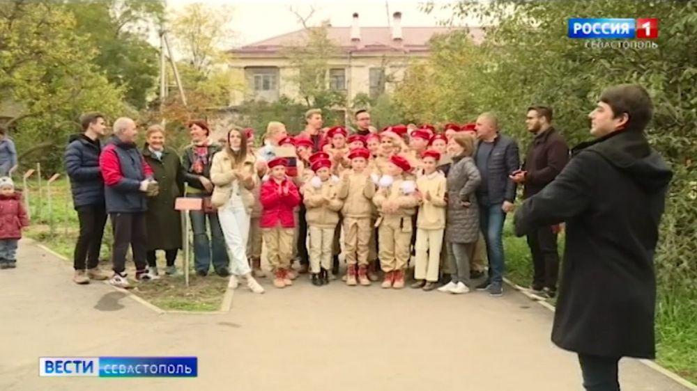 Аллею памяти высадили на улице Дыбенков в Севастополе