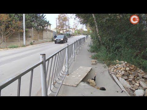 На улице Громова дорожный провал — участок асфальта уходит под землю (СЮЖЕТ)