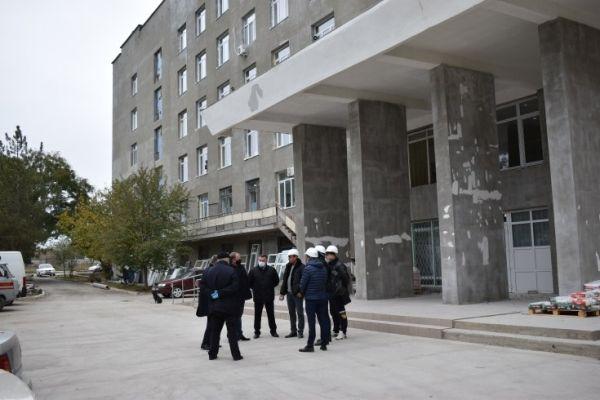 Алексей Черняк проинспектировал ход ремонтных работ в Джанкойской центральной районной больнице