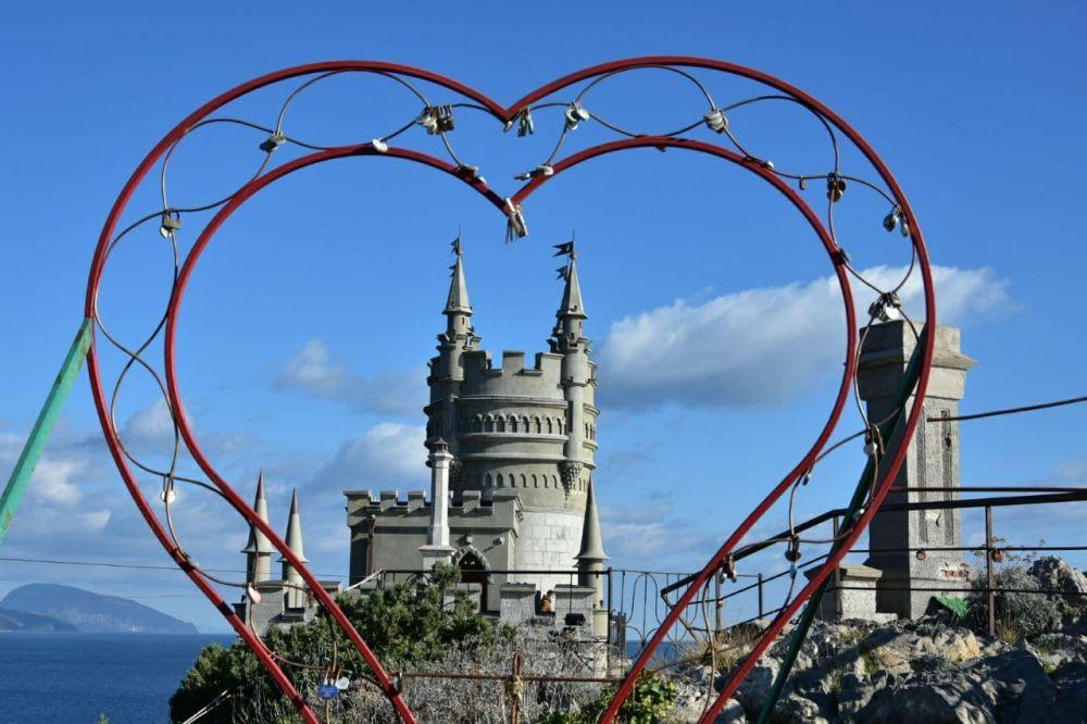 В Крыму торжественно открыли после реставрации замок «Ласточкино гнездо»