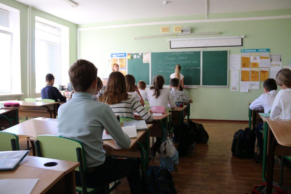 Крымские студенты проводят очные уроки в школах вместо учителей из-за коронавируса