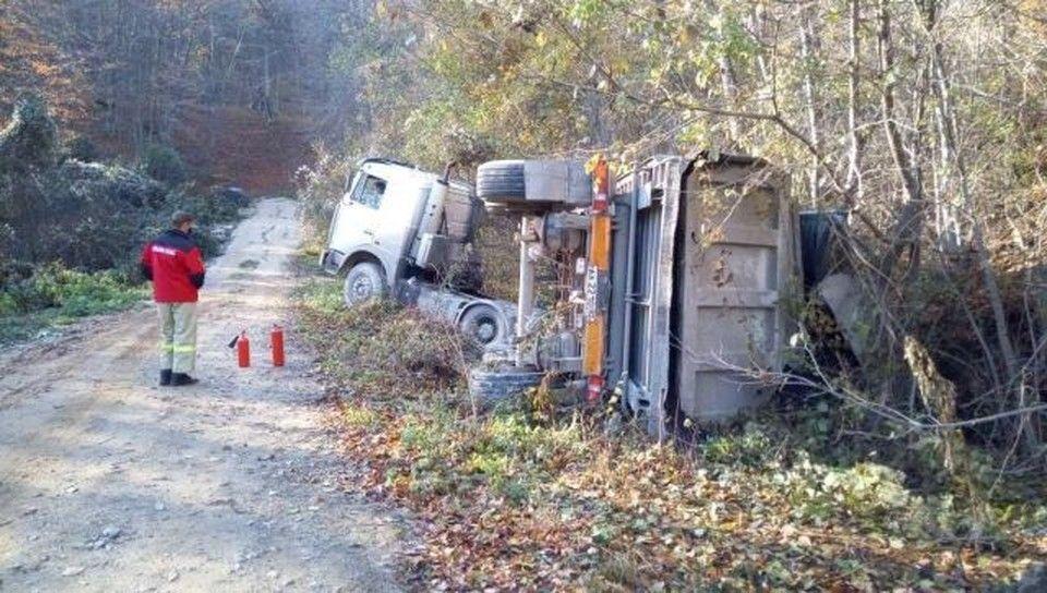 Под Судаком у грузовика опрокинулся прицеп