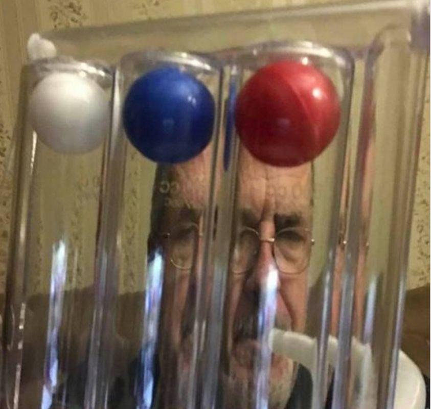 Соцсети высмеяли Чубарова, который лечится от ковида ингаллятором цвета российского флага