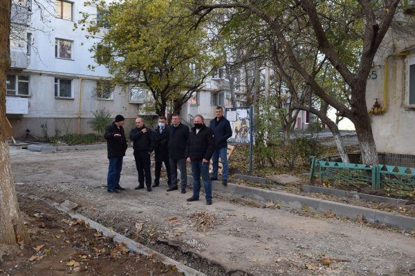 Алексей Черняк проинспектировал ход капремонта дворовых территорий в Джанкое