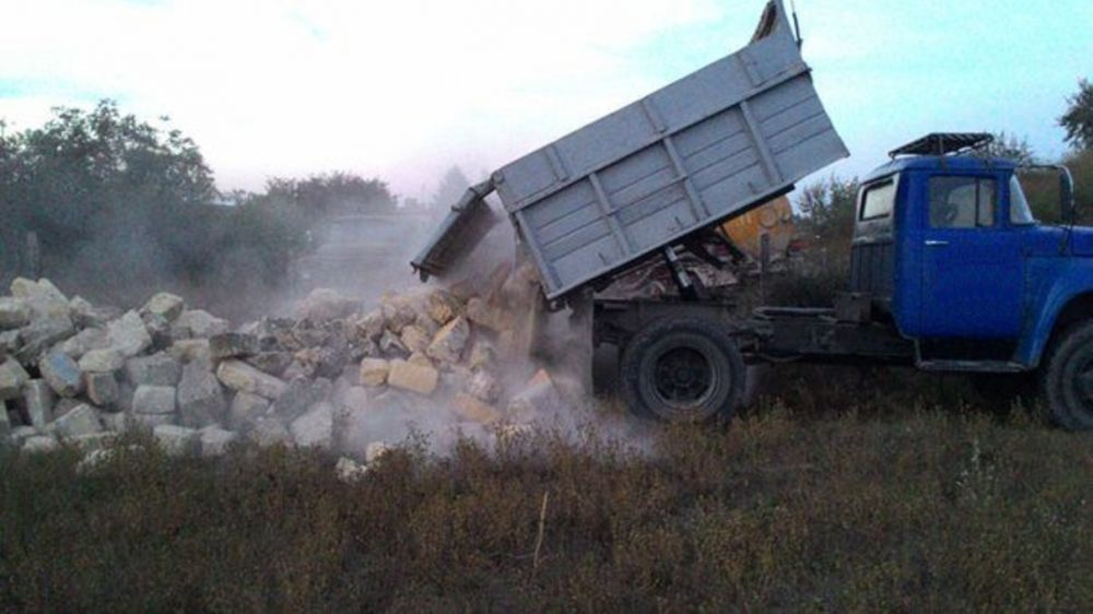 В Джанкойском районе мужчина вывалил полный кузов строительного мусора прямо на дорогу