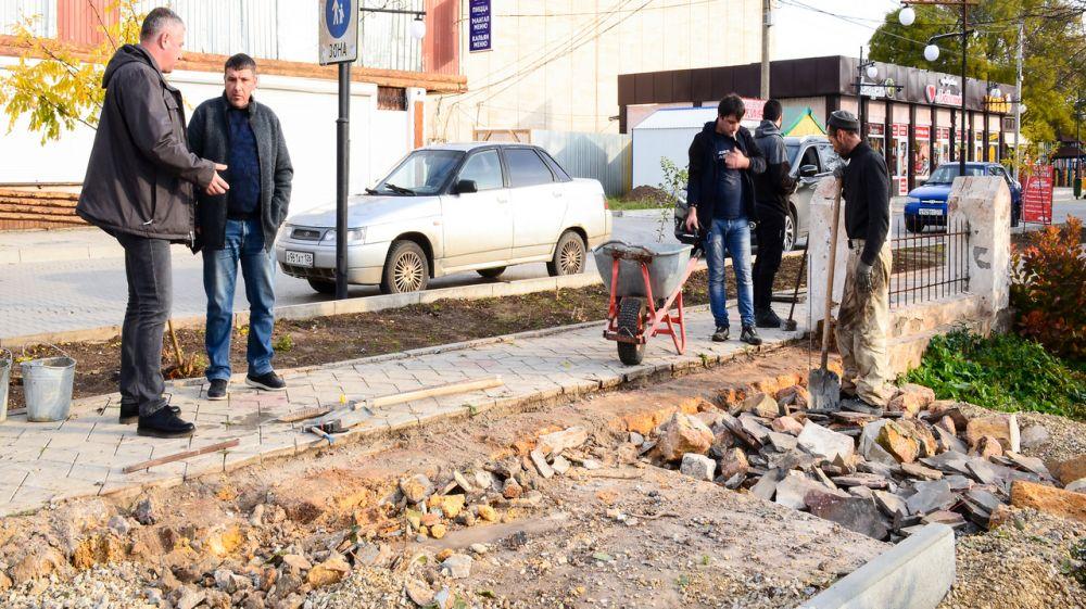 Глава администрации Черноморского района проверил ход работ на объектах благоустройства в Межводненском сельском поселении