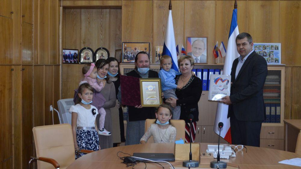 В Минобразования РК состоялось торжественное награждение победителей Всероссийского конкурса «Семья года»