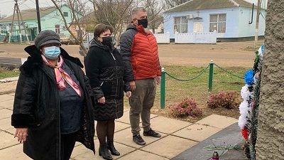 В День неизвестного солдата Андрей Сидоренко и Неля Омелянчук возложили цветы к памятному знаку