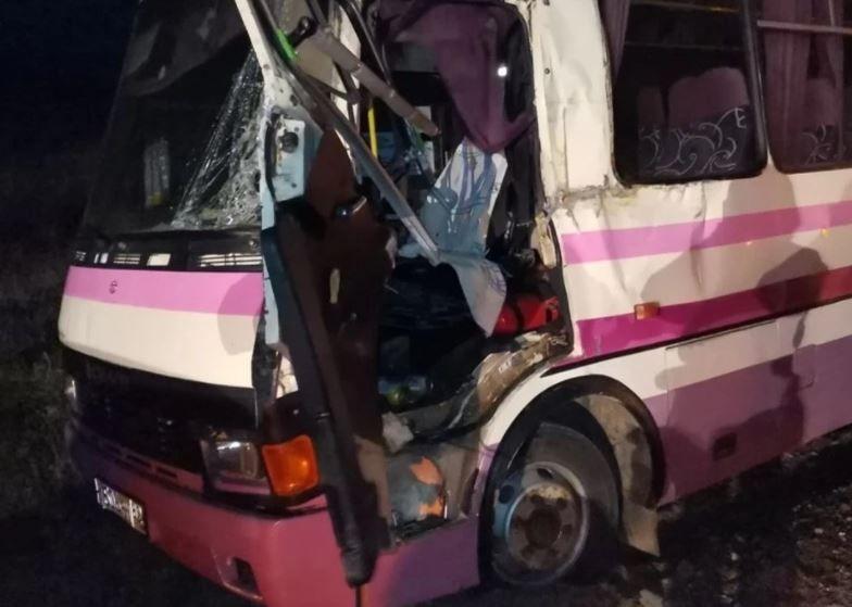 На «Тавриде» рейсовый автобус столкнулся с экскаватором